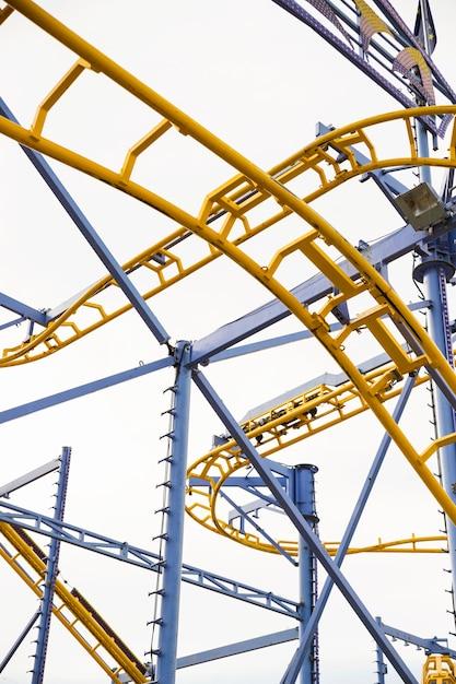 Faible angle de vue de montagnes russes au parc d'attractions Photo gratuit