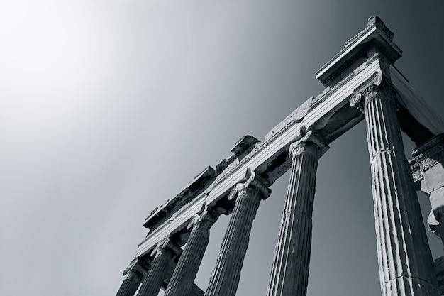 Faible Angle De Vue En Niveaux De Gris D'un Ancien Temple Romain Sous Le Soleil éclatant Photo gratuit
