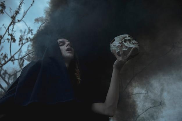 Faible vue, homme, tenue, crâne, brouillard noir Photo gratuit