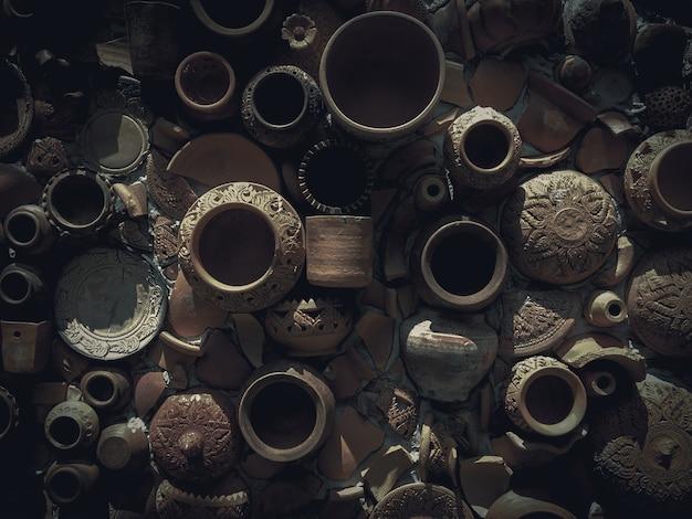 Faïences brisées sur l'ancien mur. faïence traditionnelle au style rétro. Photo Premium