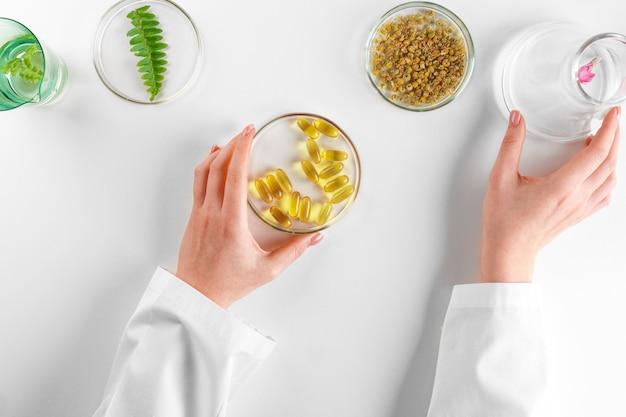 Faire Un Complément Alimentaire à Base De Plantes En Laboratoire Avec Des Feuilles De Plantes. Concept De Santé Et De Beauté Photo Premium