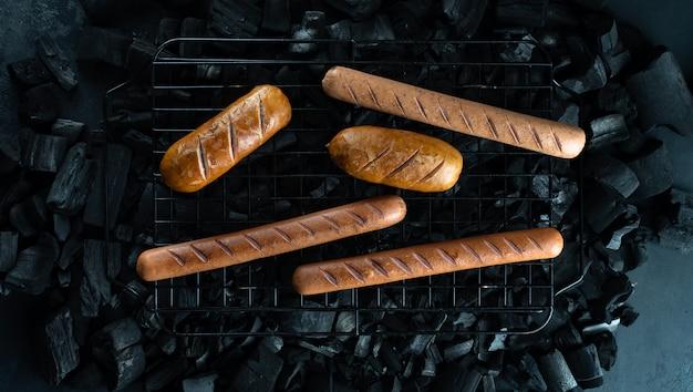 Faire cuire des hot dogs, des saucisses sur le gril Photo Premium