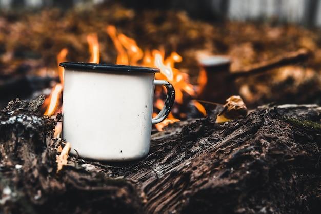 Faire Du Café Sur Le Bûcher. Faites Du Café Ou Du Thé Sur Le Feu De La Nature. Feu Brûlé. Un Endroit Pour Le Feu. Cendres Et Charbon. Photo Premium
