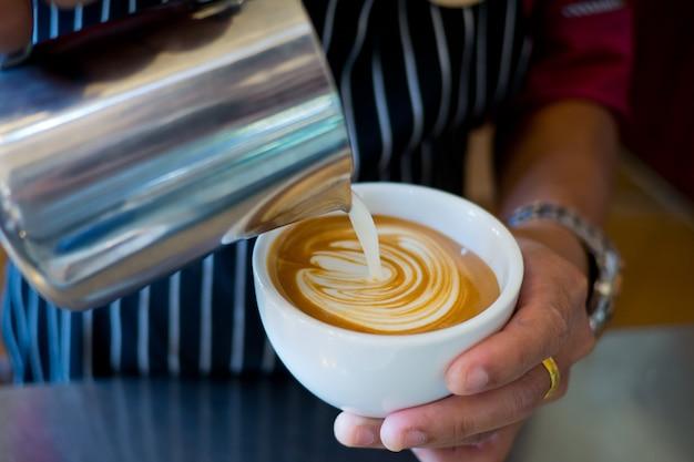 Faire Du Café Chaud, Se Détendre Le Matin Photo Premium