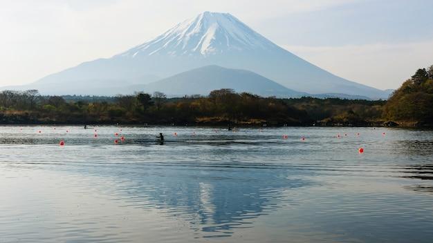 Faire du kayak au lac shoji avec vue sur le mont fuji, japon Photo Premium