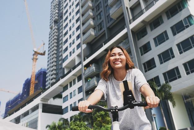 Faire du vélo dans la ville Photo gratuit