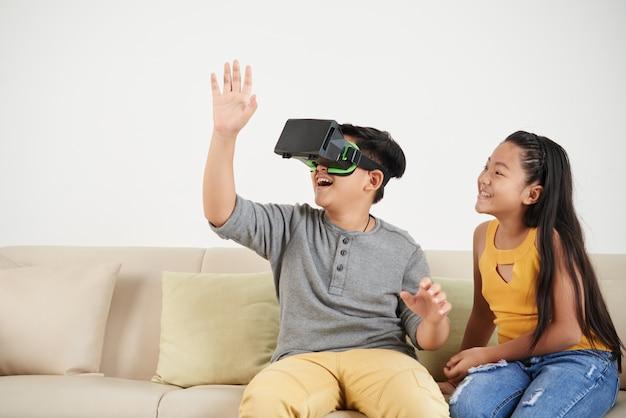 Faire l'expérience de la réalité virtuelle Photo gratuit