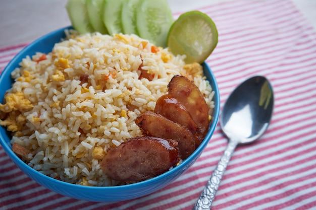 Faire frire le riz dans un bol Photo Premium