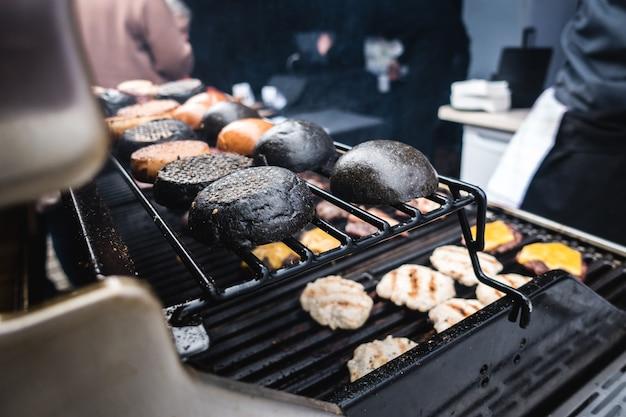 Faire griller des petits pains noirs à l'encre de calmar Photo gratuit