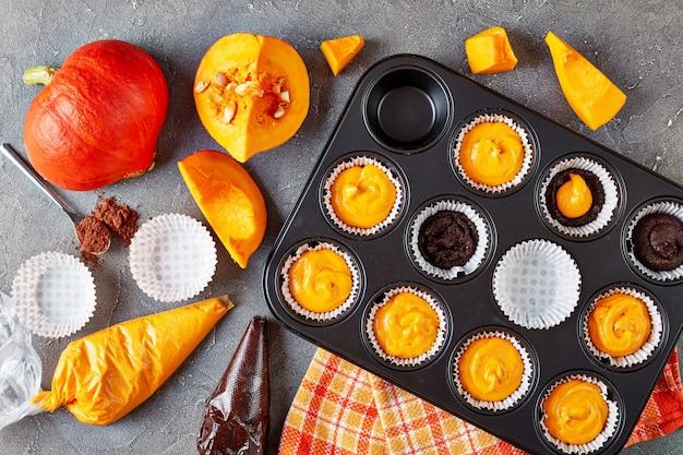 Faire Des Muffins à La Citrouille Pour La Fête D'halloween. Ingrédients à L'arrière-plan, Vue D'en Haut Photo Premium