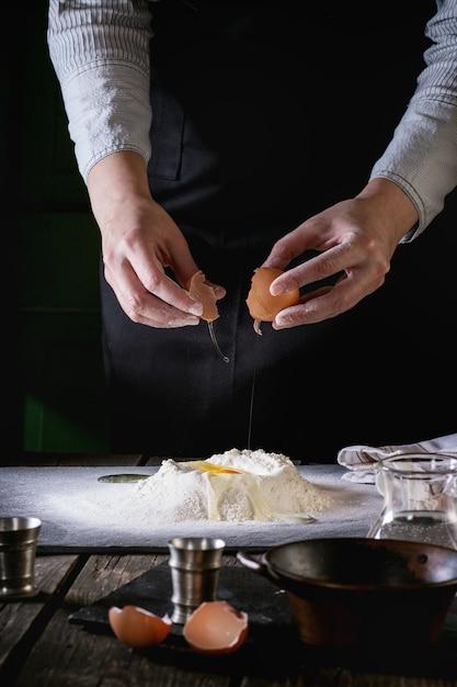 Faire la pâte avec des mains féminines Photo Premium