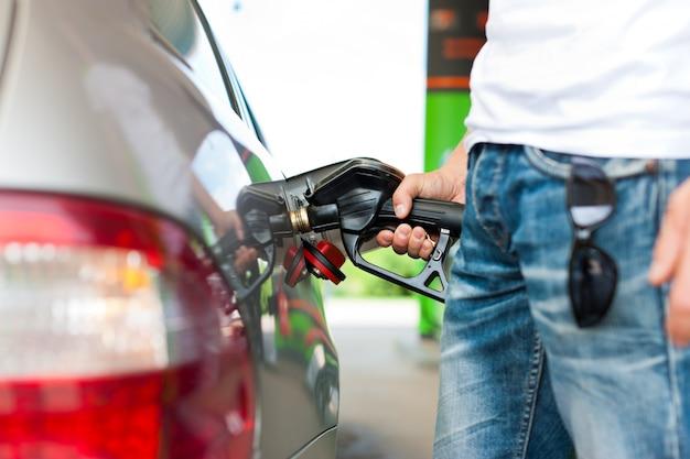 Faire le plein de carburant dans une station service Photo Premium