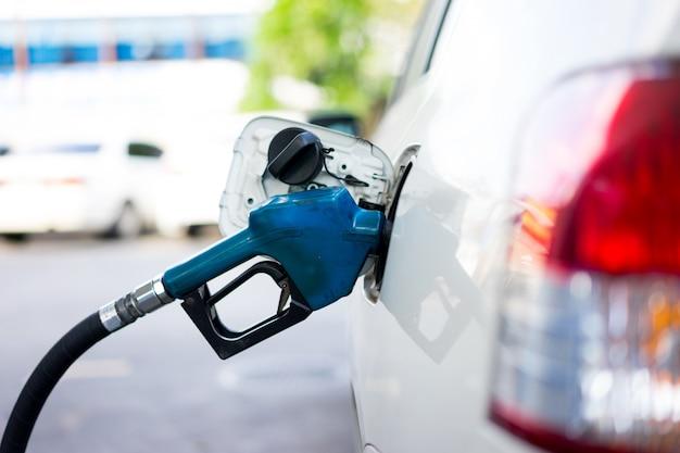 Faire le plein de carburant pour une voiture à la station-service Photo Premium
