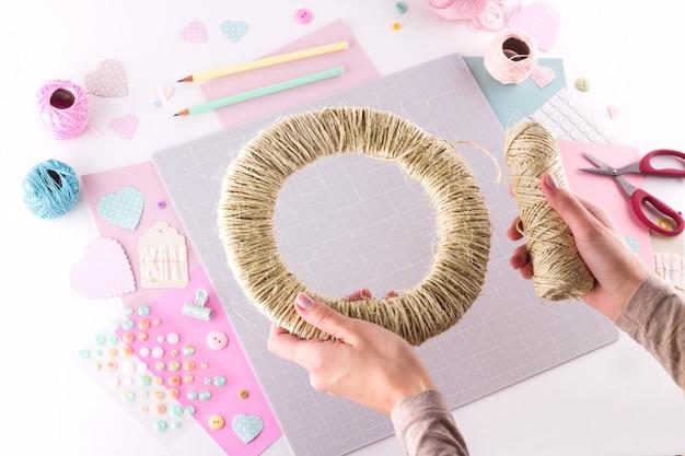 Faire Un Projet De Bricolage. Décoration à Tricoter. Outils Et Fournitures D'artisanat. Assaisonnez Le Décor De La Saint Valentin à La Maison Photo Premium