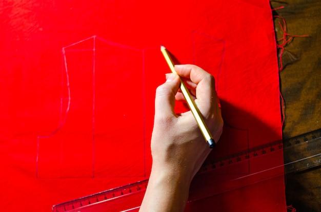 Faire Une Robe Rouge. Robes De Tailleur. Marquage Des Robes Du Produit Fini. Dessin D'une Robe Rouge. Créer Une Robe Bébé Rouge Photo Premium