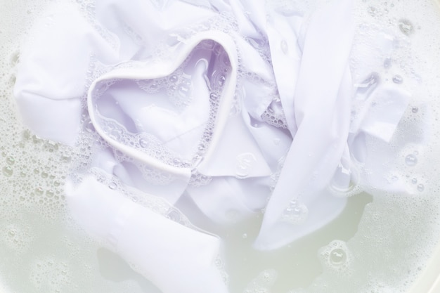 Faire tremper le chiffon avant le lavage, chemise blanche Photo Premium
