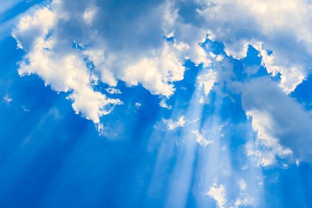 Faisceau de lumière et les nuages Photo Premium