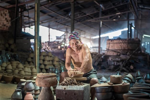 Fait d'argile de poterie, artisanat d'argiles en terre cuite, de près. Photo Premium
