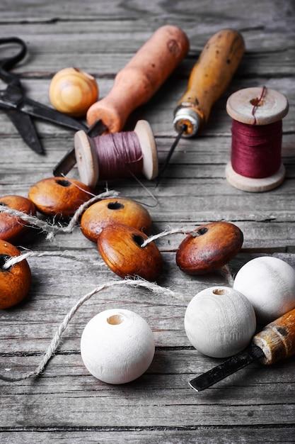 Fait à la main avec des perles en bois Photo Premium