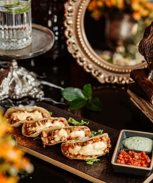 Fajitas Au Poulet Avec Mayonnaise Et Sauces Photo gratuit