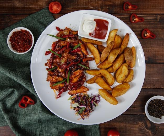 Fajitas Au Poulet Avec Pommes De Terre Rôties Servies Avec Des Sauces Et Une Salade Photo gratuit