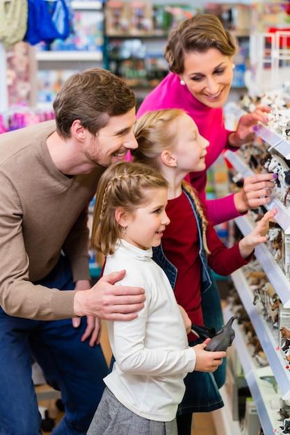 Famille achetant des jouets dans un magasin de jouets Photo Premium
