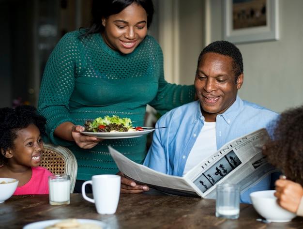 Famille africaine s'amuser ensemble Photo Premium