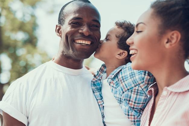 Une famille afro-américaine pose et sourit ensemble Photo Premium