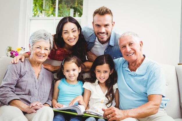 Famille Aidant Des Filles En Lisant Un Livre Photo Premium