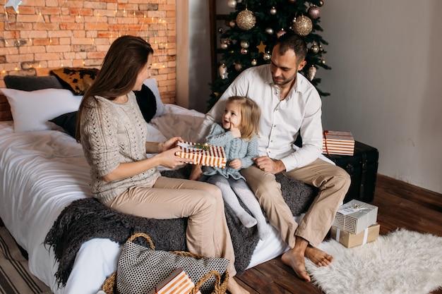 Famille aimante avec des cadeaux dans la chambre Photo Premium