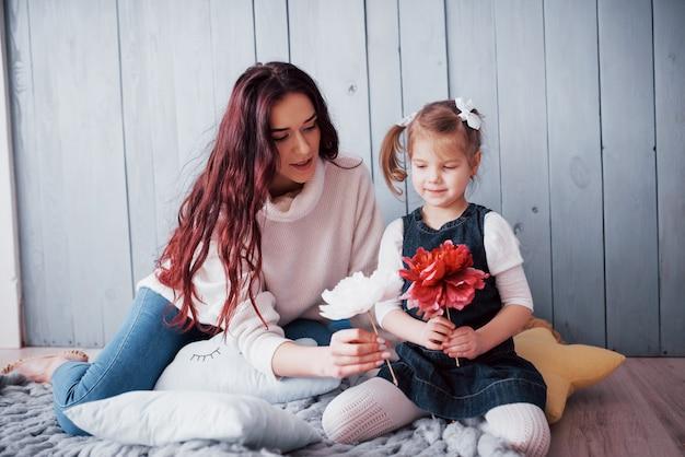 Famille aimante heureuse. mère et sa fille enfant fille jouant ensemble Photo Premium