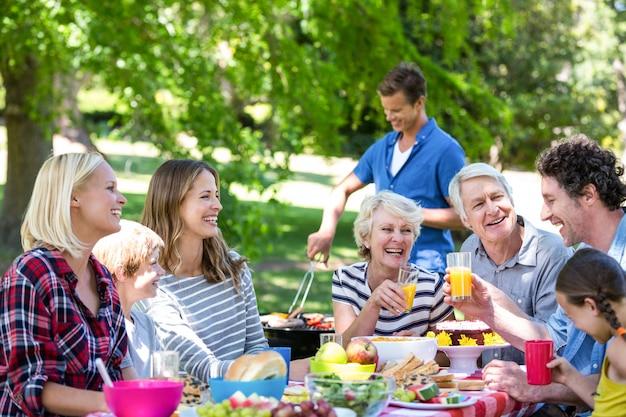Famille et amis ayant un pique-nique avec barbecue Photo Premium