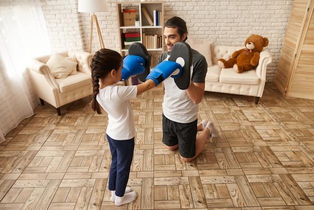 Famille arabe. homme et fille ont une formation de boxe. Photo Premium