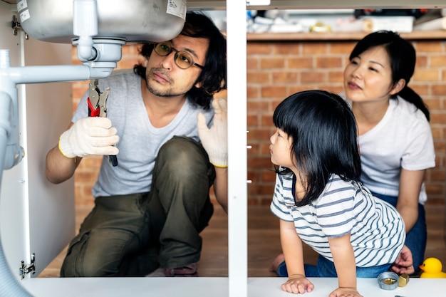 Famille asiatique fixation évier de cuisine Photo Premium
