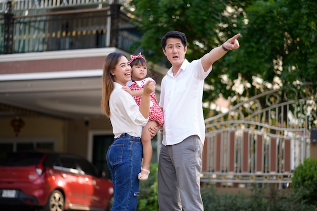 Famille Asiatique Heureuse Composée Des Parents Et De L'enfant Photo Premium