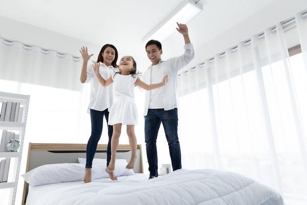 Famille Asiatique Heureuse à La Maison. Activités De Loisir En Famille Photo Premium