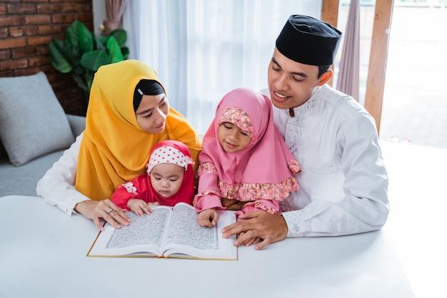 Famille Asiatique, Lecture Coran, Ensemble Photo Premium