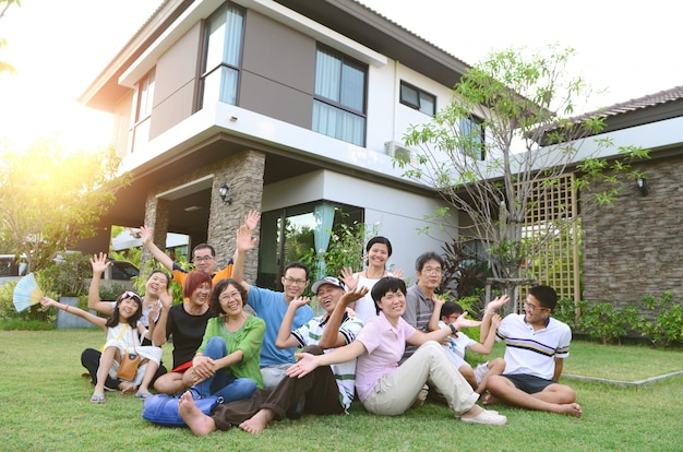 Famille asiatique de plusieurs générations se relaxant à l'extérieur du foyer chez bang bon, bangkok. Photo Premium