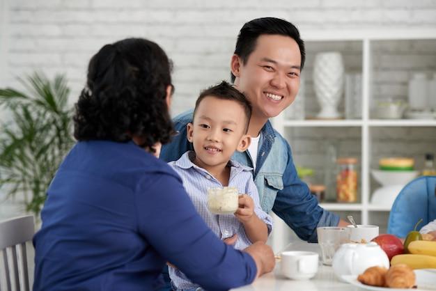 Famille asiatique prenant son petit déjeuner Photo gratuit