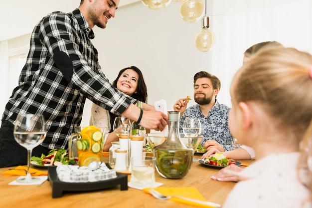 Famille assis à la table Photo gratuit
