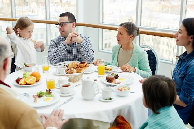 Famille au restaurant Photo gratuit