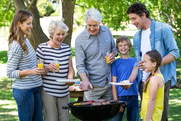 Famille ayant un barbecue Photo Premium