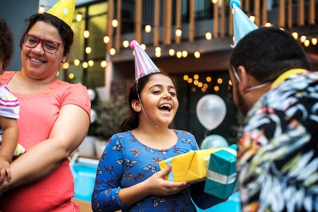 Famille ayant une fête d'anniversaire pour enfant Photo Premium