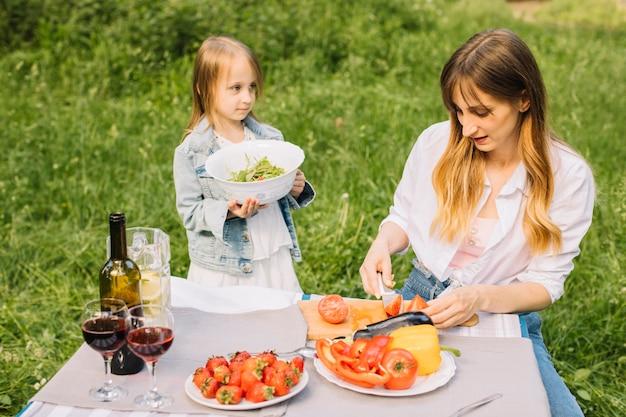 Famille ayant un pique-nique dans la nature Photo gratuit