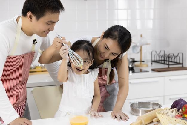 Famille Battant Des Oeufs Dans Un Bol Photo Premium