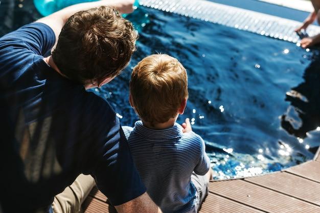Famille bénéficiant d'une piscine Photo Premium