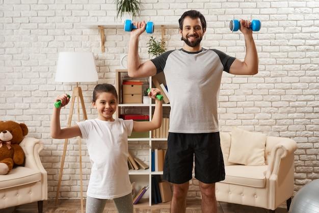 Famille en bonne santé, faire des exercices avec des haltères. Photo Premium