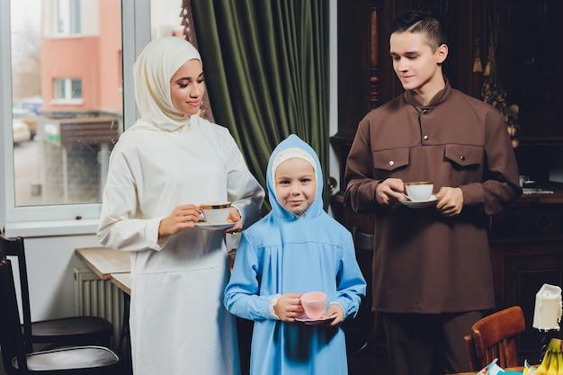 Famille Caucasienne Musulmane, Boire Du Thé Photo Premium