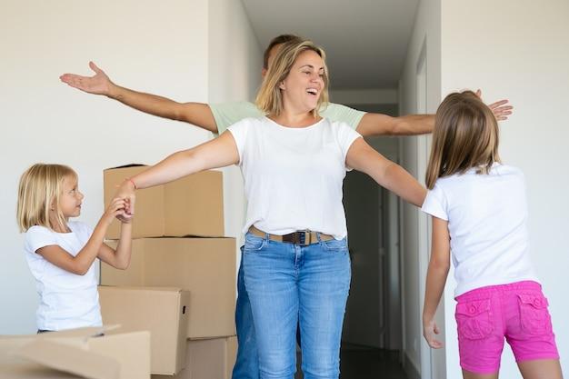 Famille Célébrant L'achat D'un Nouvel Appartement Photo gratuit