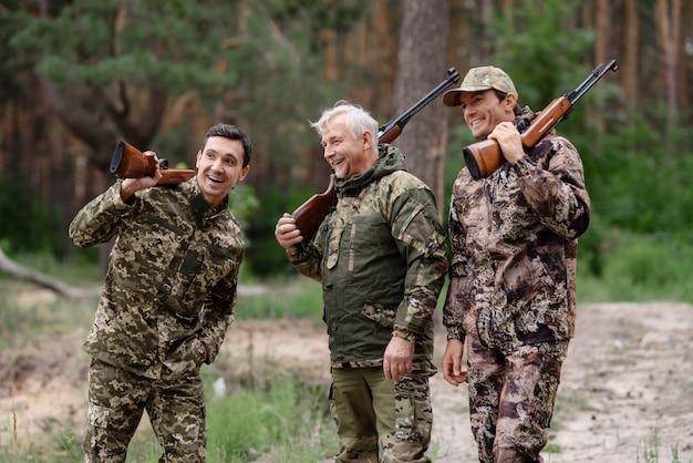 Famille chasse heureux hommes parlant et riant. Photo Premium